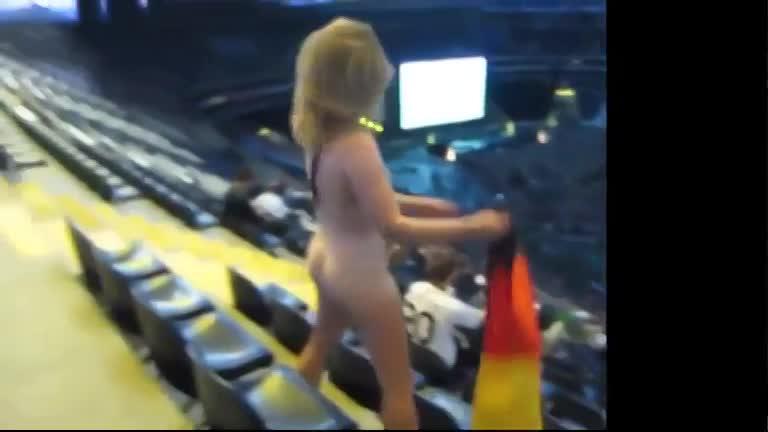 ドイツのサッカースタジアムで全裸